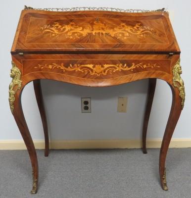 Louis XV Style Rosewood Bureau en Pente